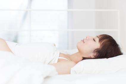 仰向け寝の女性